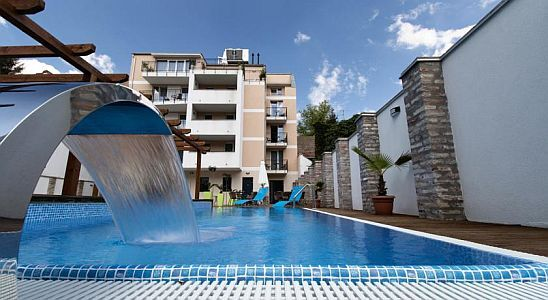 Outdoor pool and deck chairs in Hotel Auris in the centre of Szeged